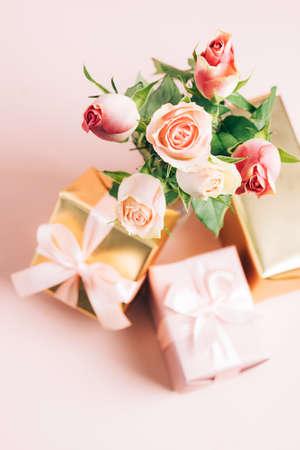 Beautiful fresh roses festive gift box on pastel pink background. Copy space 免版税图像