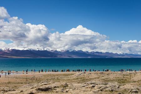 namtso lake scenery with visitors 版權商用圖片