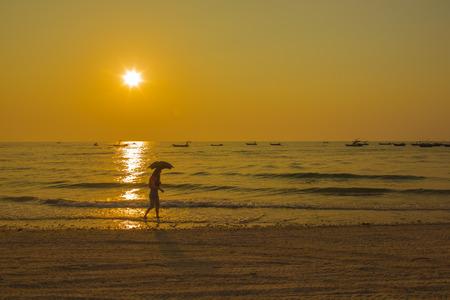 Zonsondergang op het strand Stockfoto