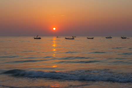 De zonsondergang in de zee Stockfoto