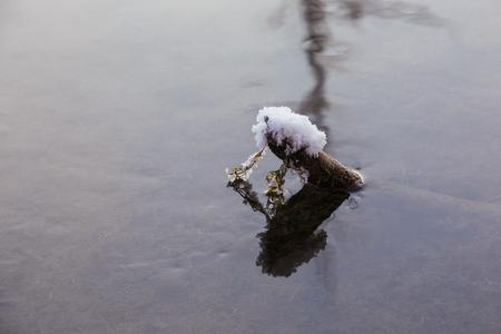 sneeuw en ijs rijp aan het meer Stockfoto
