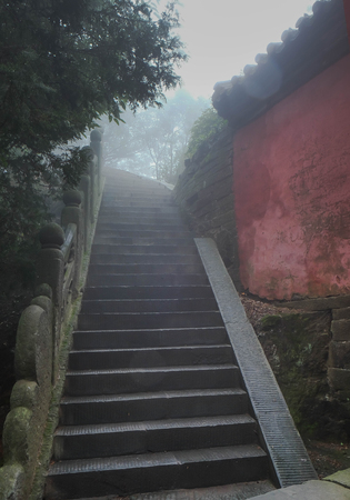 The Wudang Mountains,Hubei China. Many Taoist monasteries to be found there,It's world heritate and famous in one of China. This here have a good weather somethime it a lot of the fog. Many stairs in there. 版權商用圖片 - 86354895