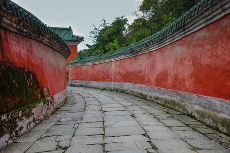 """WUDANG SHAN, HUBEI, CHINA - SEP 09, 2017: bij de ingang van de Tai chi-bua oude tempel is een centrum van de Taoist Vereniging van Wudang Mountain. Dit hier is de plaats voor de scène in Reis naar het westen. En Ità ¢ â,¬ â """"¢ s speciaal naam. Stockfoto"""