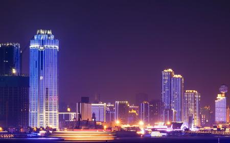 무한시 중국의 Yantze 강에서의 강변과 야간에. 특별한 이름입니다. 거기에 많은 건물 조명.
