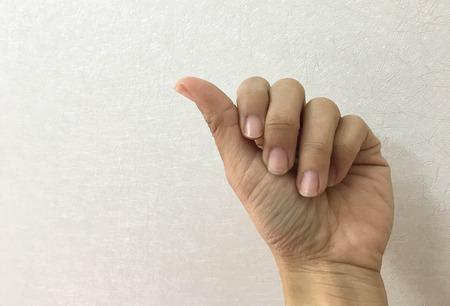 爪の裂け目のクローズアップ、指が痛い感じ、ネイトは美しくない。