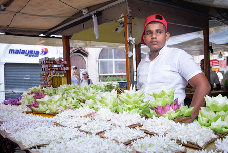 KANDY SRI LANKA, AUGUST 04-2019: The unspecific man who sell the lotus for pray of the Buddha Temple of the Sacred Tooth Relic at Kandy,Sri Lanka -UNESCO World Heritage Site. Redactioneel