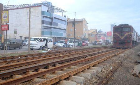 Colombo, Sri Lanka - 10 août 2019 : La photo de l'effet floue, les gens dans un train. Le train vient d'arriver à la gare. Le train est sur le point d'ouvrir la porte. Personnes prêtes à embarquer dans le train.