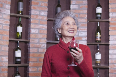 Senior Woman Holding Glass of Wine, Portrait Imagens