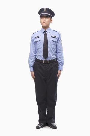 gorra polic�a: El oficial de polic�a de pie, Foto de estudio Foto de archivo