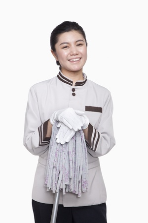 Jeune gardien femme avec une vadrouille, tourné en studio Banque d'images - 35986299