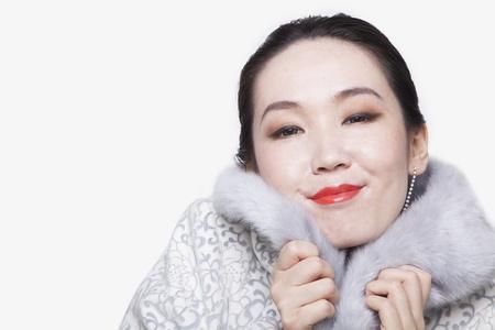 manteau de fourrure: Jeune femme avec manteau de fourrure