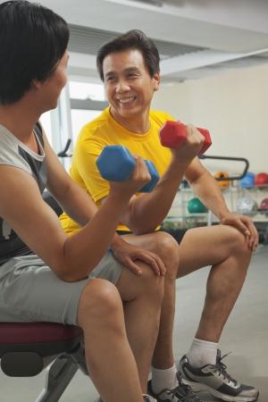 uomini maturi: Due uomini maturi sollevamento pesi in palestra
