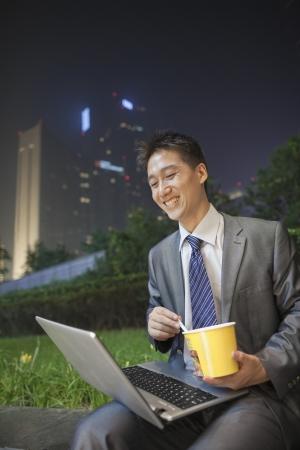 angel de la independencia: Hombre de negocios joven que trabaja al aire libre y comer Foto de archivo