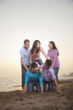 pyramide humaine: Groupe des Amis Faire Pyramide humaine sur la plage Banque d'images