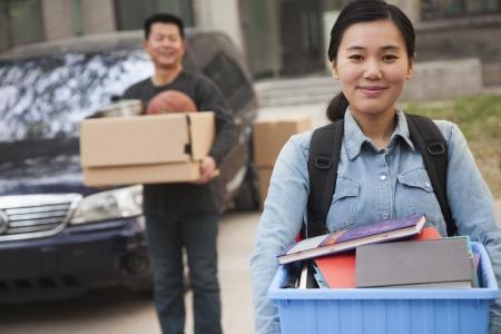 colegios: Retrato del estudiante frente a los dormitorios de la universidad Foto de archivo