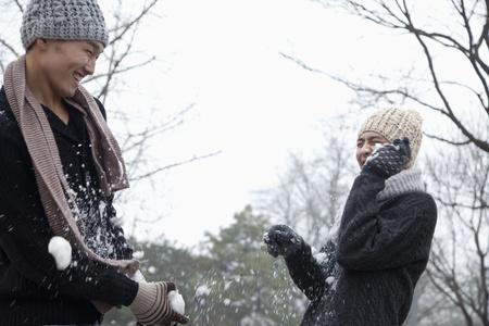 boule de neige: Friends Having a Snowball Fight Banque d'images