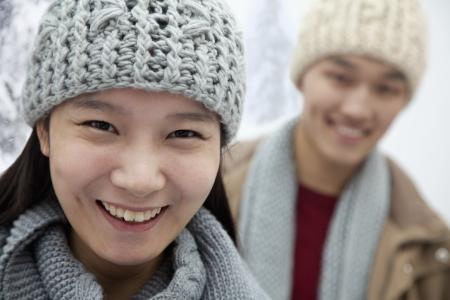 雪の中で若いカップル