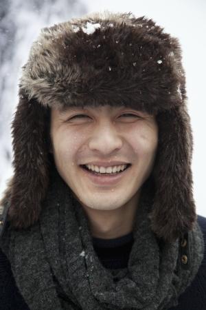 毛皮の帽子の若い男
