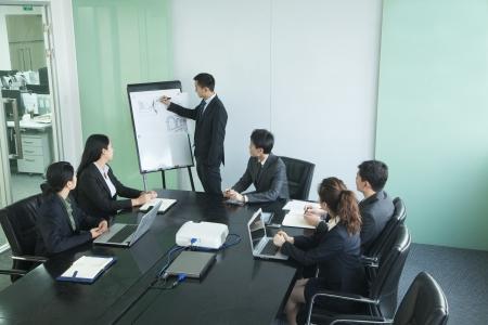 会議を行っているビジネス人々
