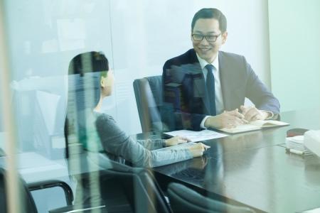 sala de reuniones: Colegas de la reuni�n, en la Sala, dispar� a trav�s del vidrio