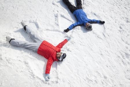 sapin neige: Couple gisant sur la neige ange de la neige