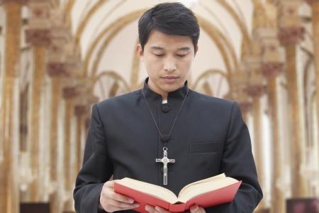 sacerdote: Sacerdote En cuanto a la Biblia en la Iglesia Foto de archivo
