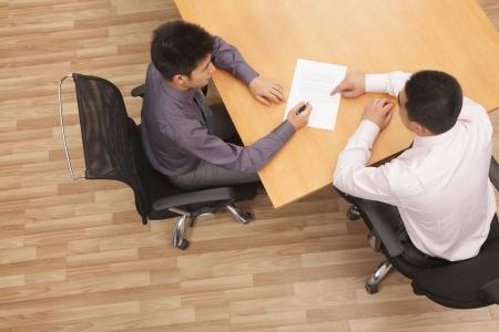 dos personas conversando: Trabajador de firmar el contrato