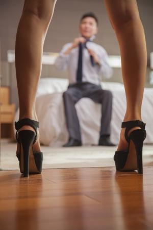naked young woman: Business couple dans la chambre d'h�tel Banque d'images