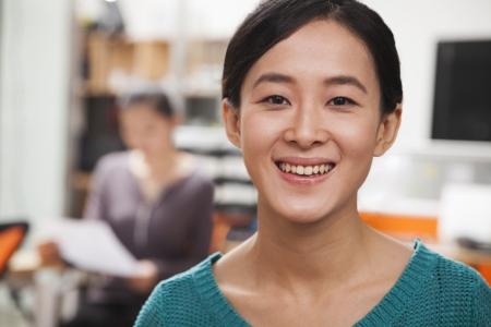 actitud positiva: Retrato de joven empresaria en la oficina