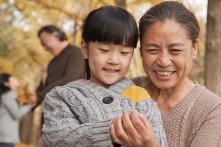 ni�as chinas: Abuelos y nietas en el parque Foto de archivo