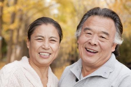 personas de pie: Pareja de ancianos en el parque Foto de archivo