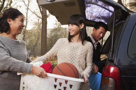 uitpakken: Moeder die dochter uitpakken auto voor het college, Beijing