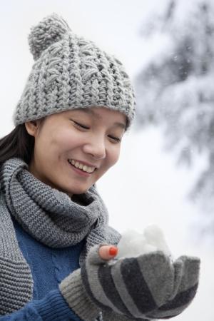 boule de neige: Jeune femme avec Snowball Banque d'images