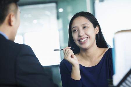 interview job: Dos compa�eros de trabajo que hablan en oficina Foto de archivo