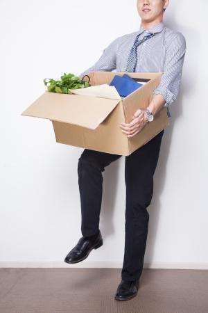 articulos oficina: Empresario joven sosteniendo cuadro de art�culos de oficina