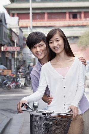 casal heterossexual: Casal Heterossexual jovem em uma bicicleta em Pequim Banco de Imagens