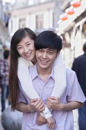 casal heterossexual: Retrato de jovem Casal Heterossexual Abra�ando Ao Ar Livre em Pequim