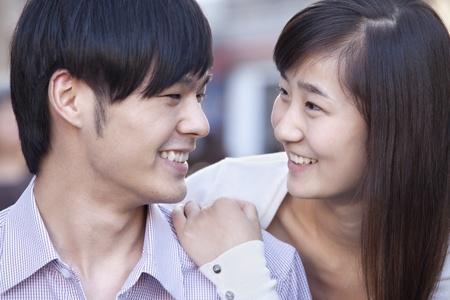 casal heterossexual: Retrato de jovem Casal Heterossexual sorriso em Pequim