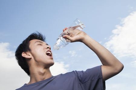 tomando agua: Hombre joven Agua Potable
