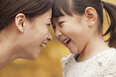 Mutter und Tochter von Angesicht zu Angesicht Standard-Bild