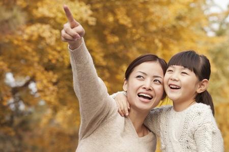 ni�os chinos: Madre e hija disfrutando de un parque en oto�o
