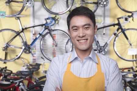 Portrait des jungen männlichen Mechaniker in Fahrradaufbewahrung, Beijing Lizenzfreie Bilder