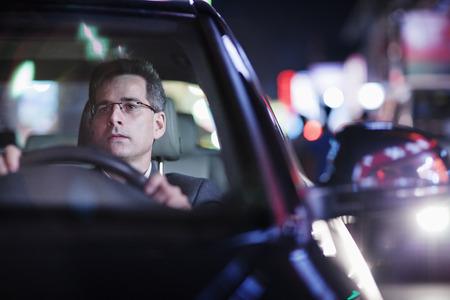 도시에서 밤에 운전 사업가