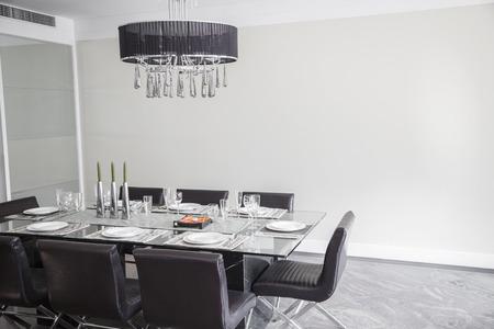 Kronleuchter Esszimmer Modern ~ Esszimmer mit modernen möbeln und kronleuchter. lizenzfreie fotos