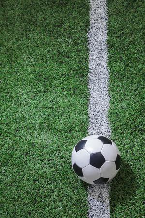 ballon foot: Terrain de football avec un ballon de soccer et la ligne