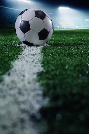 balon soccer: Campo de fútbol con el balón de fútbol y la línea, vista lateral Foto de archivo