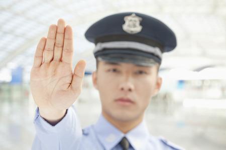 gorra polic�a: Oficial de Polic�a indica para parar