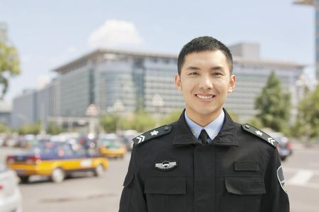 gorra polic�a: Oficial de polic�a sonriente, retrato, China