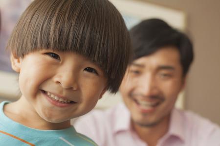 ni�os chinos: hijo con el padre sonriente, retrato