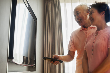 pareja viendo tv: Senior pareja viendo la televisi�n Foto de archivo